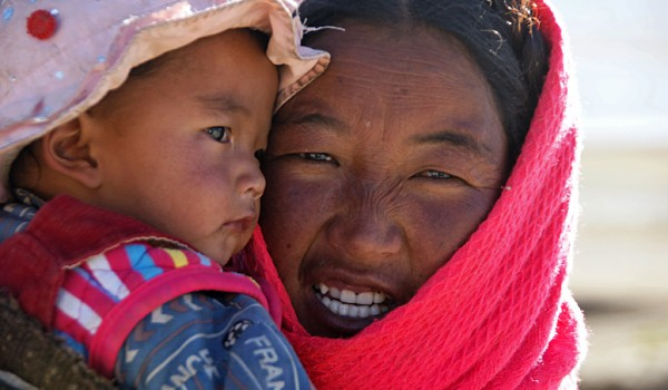 Mother with child on the way from Saga to Lao Tingri