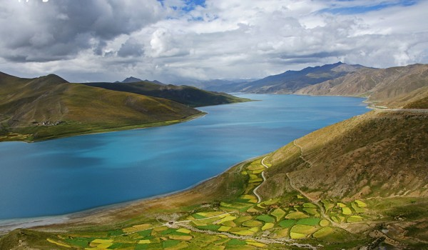 View from the Kamba-la pass (4,700 meters) on Yamdrok-Tso lake (4.441 meter