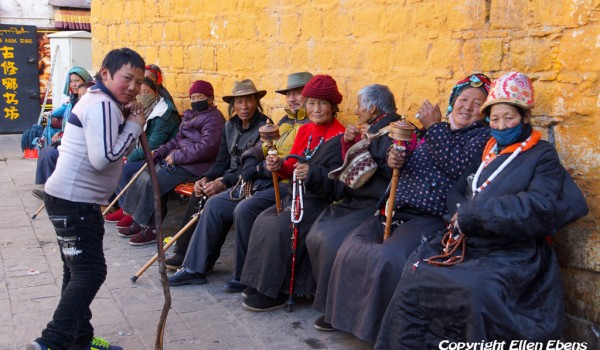 Lhasa: pilgrims resting on a bench at Barkhor Street
