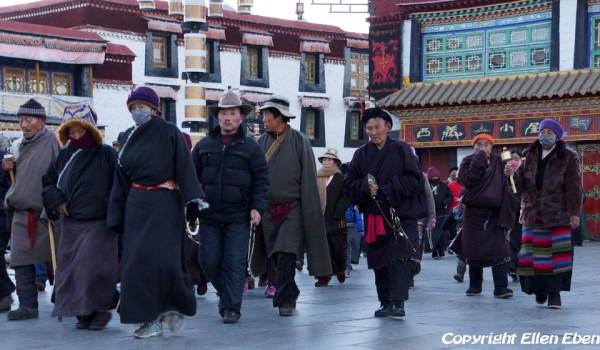 Lhasa: pilgrims at Barkhor Street