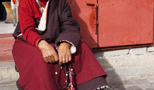 Lhasa: pilgrim at Barkhor Street