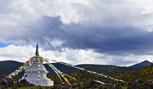 A stupa in de landscape near Shangri-La (Zhongdian), Yunnan