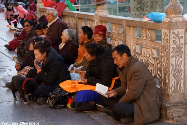 Lhasa: pilgrims in front of the Jokhang Temple