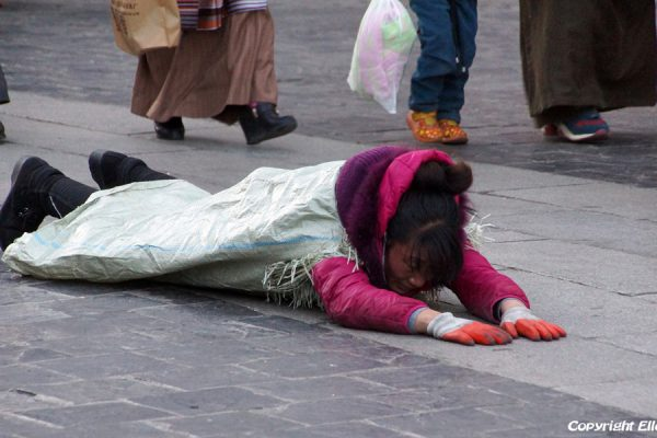 Lhasa: pilgrim prostrating at the Barkhor