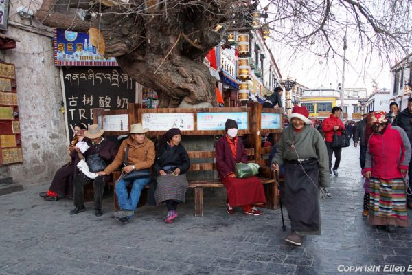 Lhasa: pilgrims resting on a bench at the Barkhor