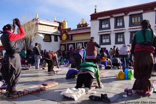 Lhasa: pilgrims prostrating in front of the Jokhang Temple