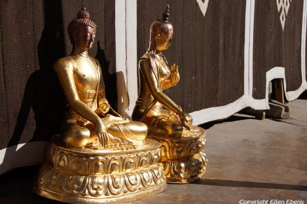 Lhasa: small Buddha statues on the roof of the Jokhang Temple