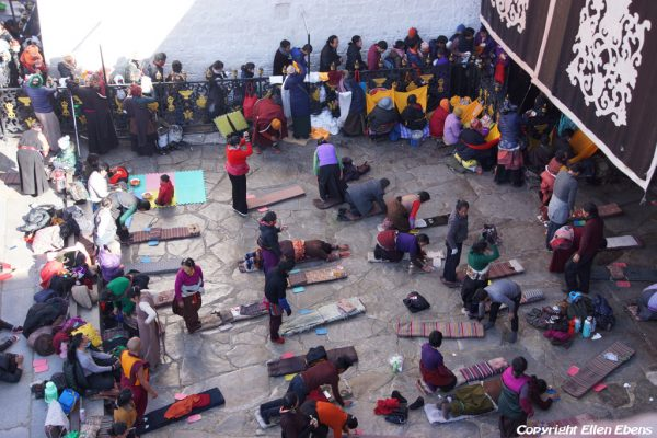 Lhasa: prostrating pilgrims at the entrance of the Jokhang Temple, seen from the rooftop