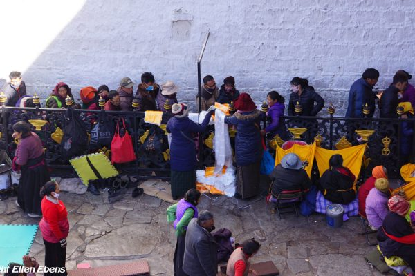 Lhasa: pilgrims waiting in line to get into the Jokhang Temple