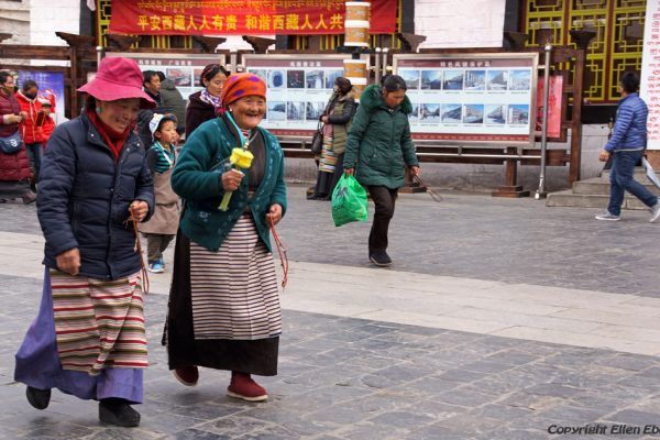 Lhasa: pilgrims walking the Barkhor