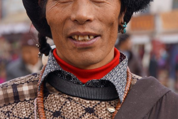 Lhasa: portrait of a Khampa at the Barkhor