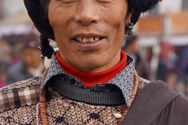 Lhasa: portrait of a Khampa at the Barkhor