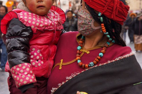 Lhasa: mother with child at the Barkhor