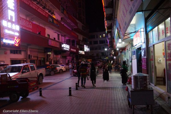 Street life in the evening in the town of Ma'erkhang (Barkham)