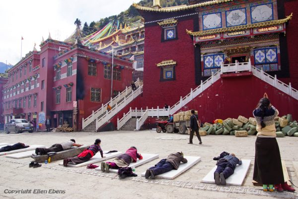 Prostrating pilgrims at the monastery high above the town of Guanyinqiao