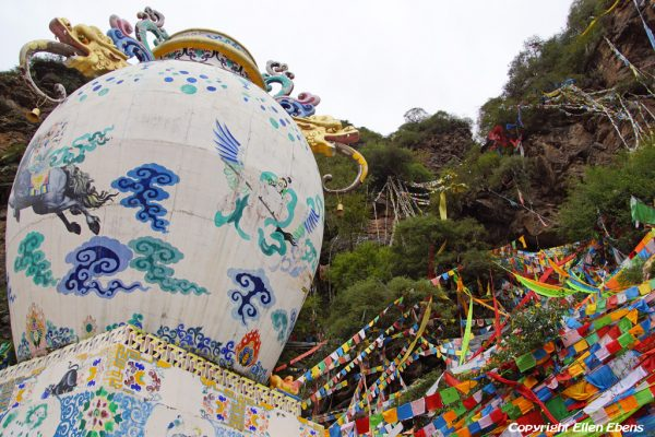 The vase, one of the Tibetan Buddhist symbols, near the town of Guanyinqiao