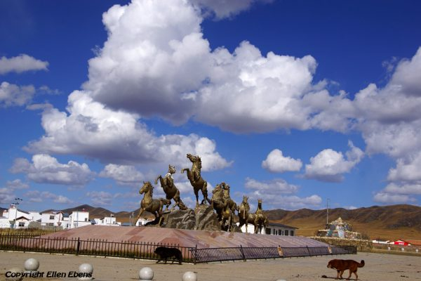 Statue with horses at the entrance of the town of Tangke