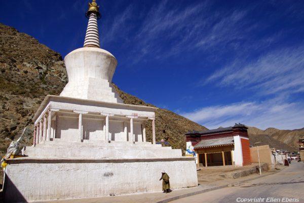 Xiahe: pilgrim at Labrang Monastery