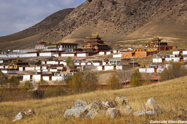 Landscape on the way from Xiahe to Rebkong (Tongren): the village of Guashize with monastery