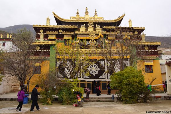 An assembly hall at Rongwu Monastery