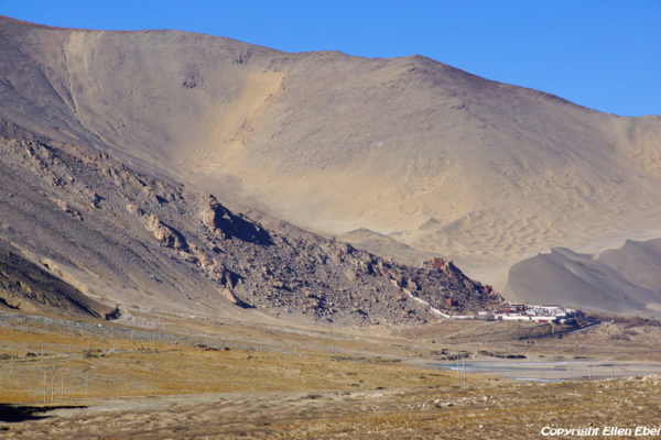 Puntsholling Monastery is beautifuly located near the Yarlung Tsangpo river and with a big sand dune behind the monastery