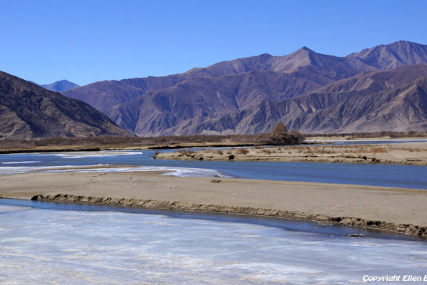 From Puntsholling Monastery to Sakya, driving further trough the beautiful valley of the Yarlung Tsangpo river