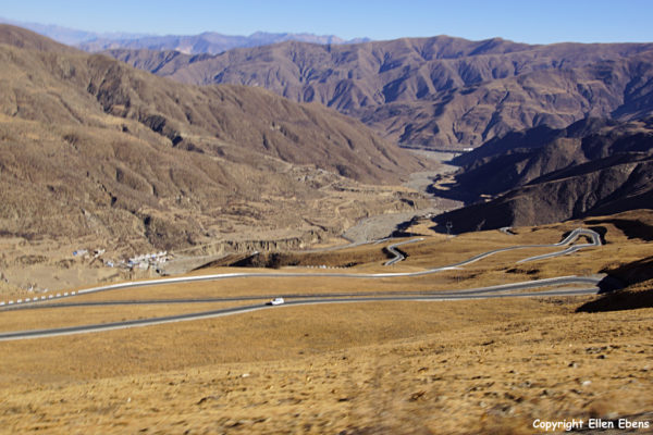 Driving up to an alternative pass to go to Yamdrok Tso Lake