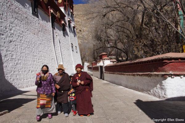 Lhasa, pilgrims at Sera Monastery