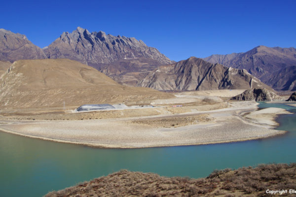 Landscape on the way from Nanxiang to Tsedang. The railway (under construction) from Chengdu to Lhasa can be seen.