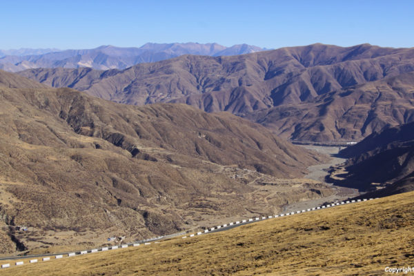 Driving over another road and another high pass (not the Kamba La Pass) to Yamdrok Tso Lake. This alternative pass is also a high pass (4,705 meters).