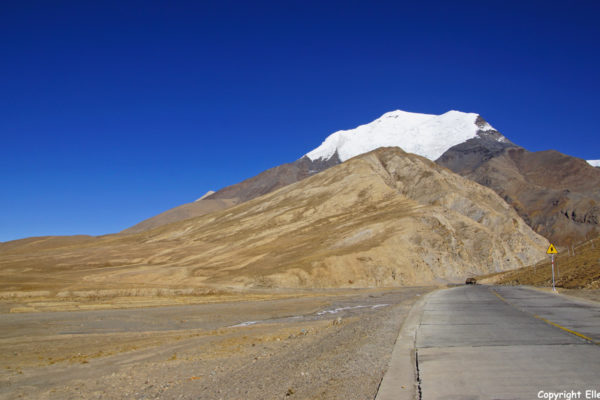 Driving over the plains towards the town of Gyantse