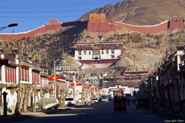 Gyantse, within the background the Pelkor Chode Monastery with the Kumbum Stupa