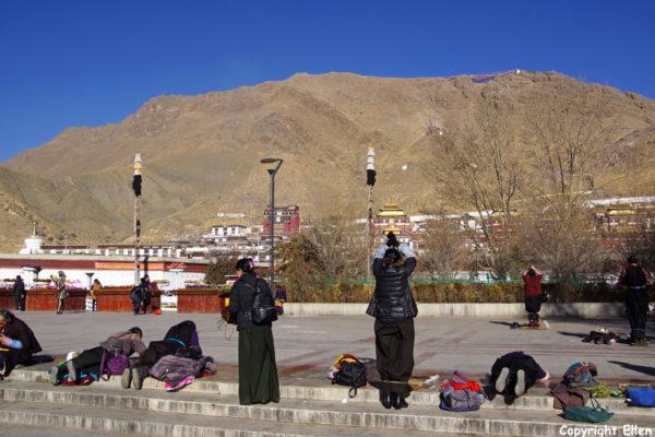 Pilgrims prostrating in front of Tashilhunpo Monastery, Shigatse