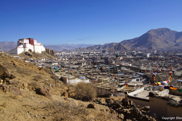 View on the Shigatse Dzong and the quarter with the old Tibetan houses at Shigatse