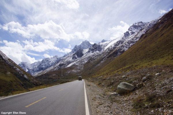 Landscape on the way to Yarchen Gar