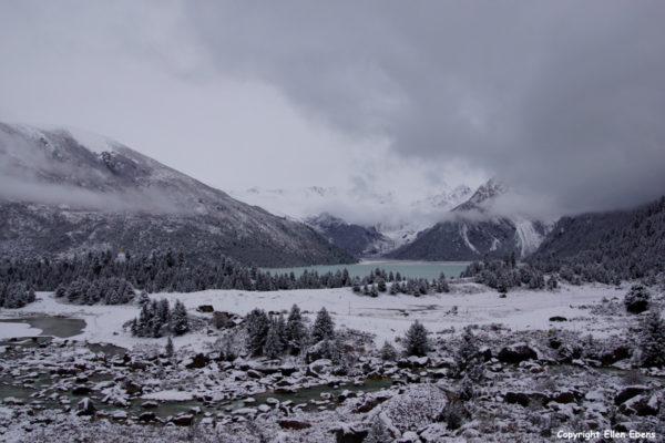 Lake Yilhun Lhatso with snow